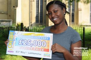 Lucky winner Racquel and her £25,000 cheque