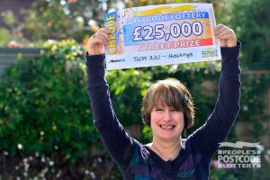 Lucky winner Sara and her whopping £25,000 cheque