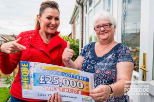 Street Prize Presenter Judie McCourt presenting lucky winner Susan with her cheque