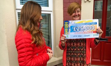 Lucky Kerry receiving her £25,000 cheque from Street Prize Presenter Judie McCourt