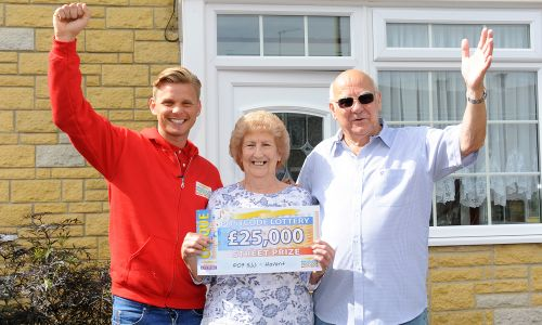 Havant winners Maureen and Rodger with Jeff Brazier and the winning cheque