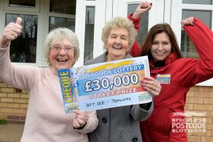 Valerie, her friend Kathleen, and Street Prize Presenter Judie McCourt with the whopping cheque