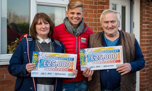 Street Prize Presenter Jeff Brazier had a Christmas gift for our lucky Aylmerton winners Katherine and Rodney