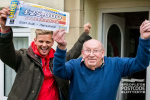 Lucky winner Leslie receiving his £25,000 cheque from Street Prize Presenter Jeff Brazier