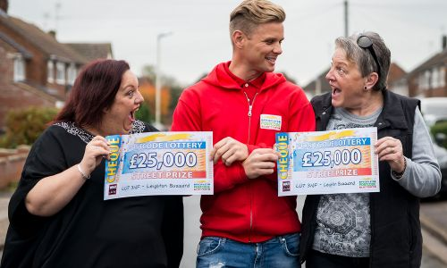 Lucky Leighton Buzzard winners Anne and Nita with Street Prize Presenter Jeff Brazier