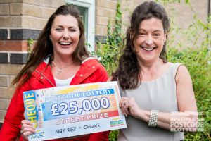 Winner Deborah with Street Prize Presenter Judie McCourt and her fantastic £25,000 cheque