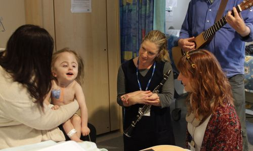 Lydia is visited in hospital by Songibrds musicians and is able to communicate thanks to music