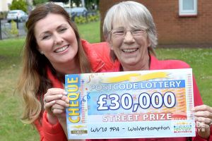 Lesley with Street Prize Presenter Judie McCourt and her winning cheque