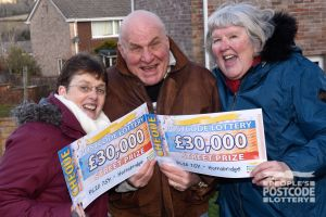 Sisters-in-law Lyn and Lynda with matching cheques!