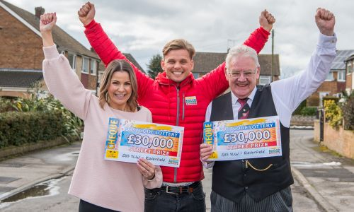 Lucky Ravenfield winners Louise and Chris with Street Prize Presenter Jeff Brazier