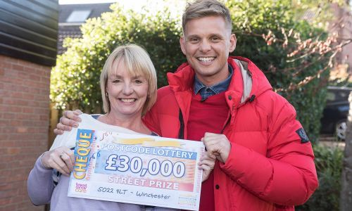 Winner Jemma with presenter Jeff Brazier and her £30,000 cheque