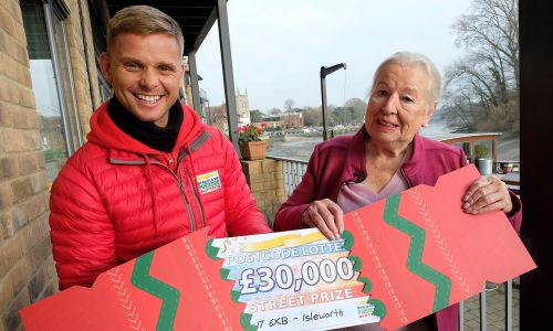 Lucky Shirley with Presenter Jeff Brazier and her £30,000 cheque