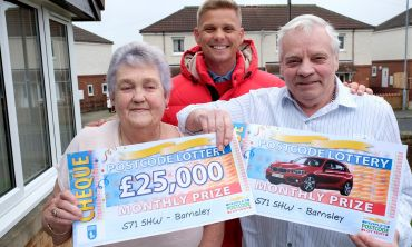Lucky winner Anthony with wife Elizabeth and presenter Jeff Brazier