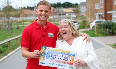 Our winner Catherine received her amazing cheque from Street Prize Presenter Jeff Brazier