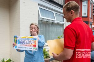 Lucky winner Laura the moment Jeff revealed her £30,000 cheque