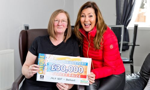 The lucky Bellshill winner Susan with presenter Judie McCourt and her fabulous £30,000 cheque