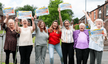 Street Prize Presenter Judie McCourt celebrates with five of our lucky Royton winners