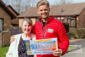 Street Prize Presenter Jeff Brazier was in Baillieston to present Maureen with her fantastic prize