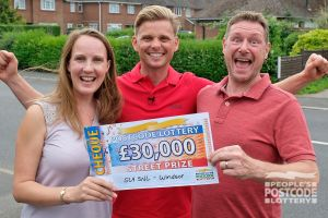 Jeff Brazier with winner Kelly and her husband Richard holding their £30,000 cheque