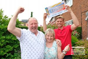 Jeff Brazier with winner Linda and her husband Kevin holding their £30,000 cheque