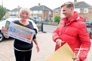 Lucky winner Dianne the moment Jeff revealed her £30,000 cheque