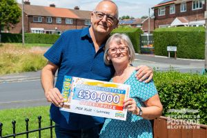 Lucky Worsley winners John and Karen with their £30,000 cheque
