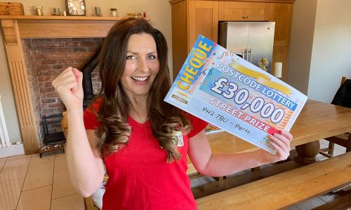 Judie reveals a fantastic Street Prize cheque for today's lucky winner